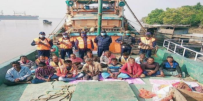 ১৬ ভারতীয় জেলেকে আটক করেছে কোস্টগার্ড