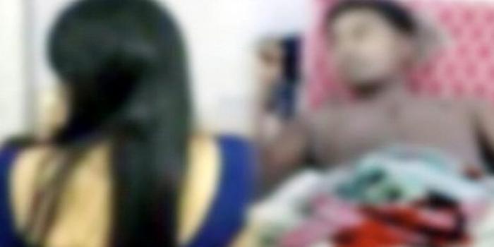 নিজের ছবিকে স্বামীর প্রেমিকা ভেবে ছুরিকাঘাত, স্ত্রী আটক