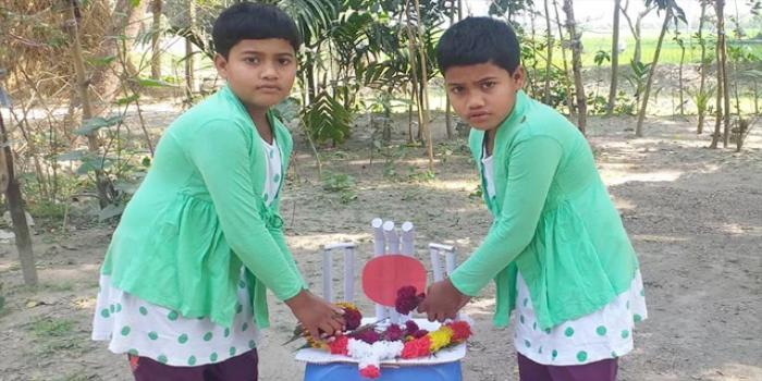 ময়মনসিংহে বাড়িতে শহিদ মিনার বানিয়ে যমজ দুই বোনের শ্রদ্ধা