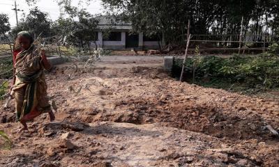ধামইরহাটে রাস্তা কেটে ১২ পরিবারের চলাচলে বাঁধা