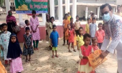 ধামইরহাটে সেচ্ছাসেবী সংগঠনের উদ্যোগে অসহায় শিশুদের মাঝে ঈদ উপহার বিতরণ