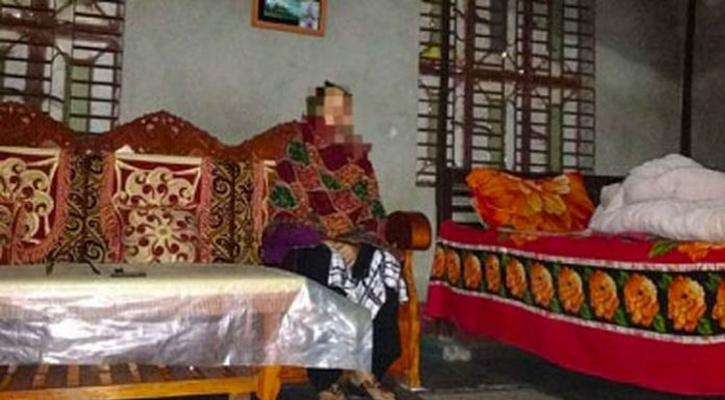 গভীর রাতে প্রবাসীর স্ত্রীর ঘরে প্রেমিক আটক