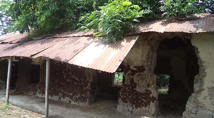 নন্দীগ্রামের হাটুয়া সরকারি প্রাথমিক বিদ্যালয় এখন মরণ ফাঁদ