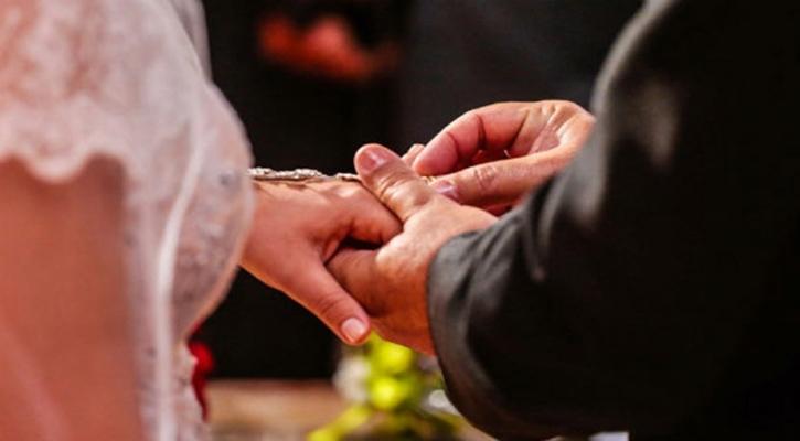 সোশ্যাল মিডিয়ায় অন্য পুরুষের সঙ্গে স্ত্রীর বিয়ের ভিডিও দেখলেন স্বামী