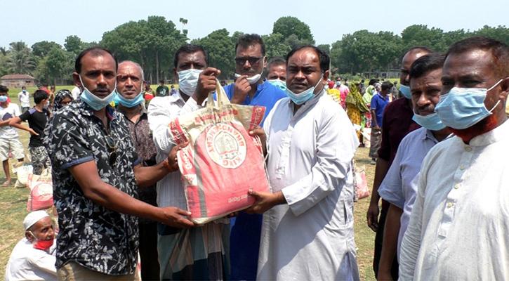 ঝিনাইদহে কর্মহীন ৩'শ শ্রমিক পরিবারের মাঝে খাদ্যসামগ্রী বিতরণ